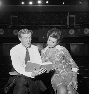Pat Phoenix discussing her role with theatre director Carl Paulsen