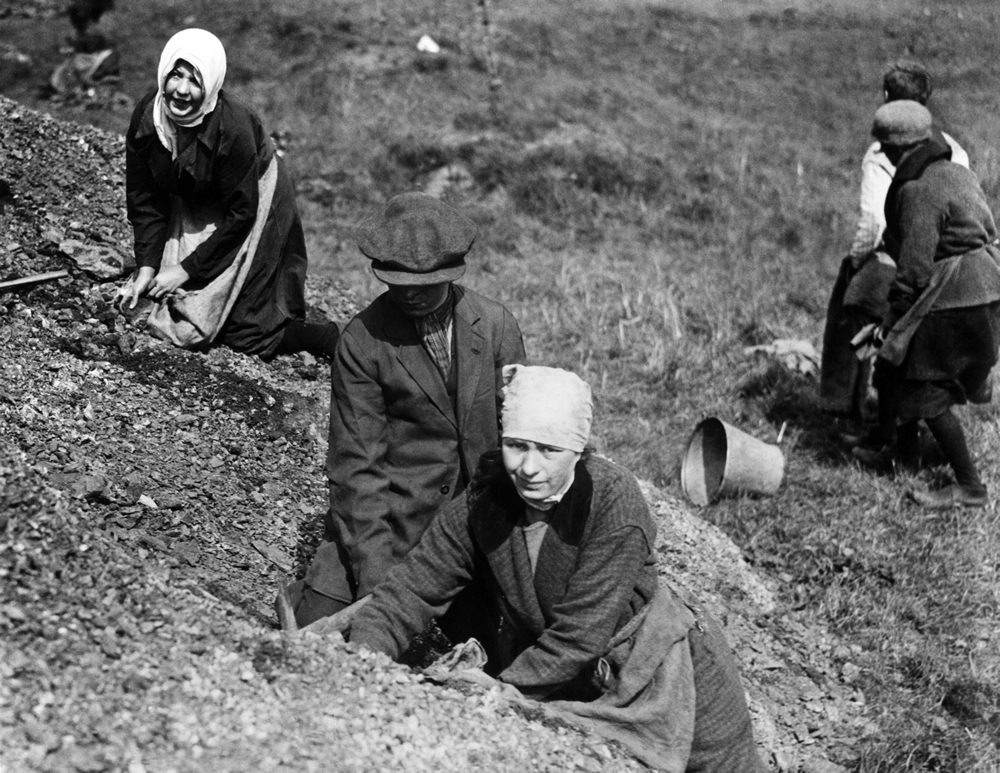 Manchester women comb slag heaps for fuel in the General Strike, May 1926