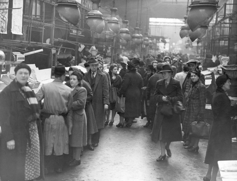 Early morning rush for surplus produce at Manchester fish market, November 1944