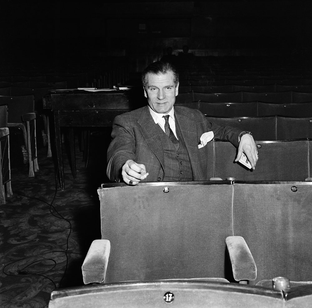 Laurence Olivier watches wife Vivien Leigh rehearse in Manchester, March 1956