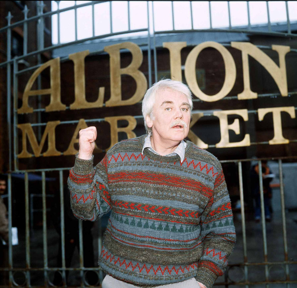 Tony Booth on the Albion Market set, January 1986