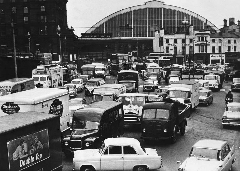 Traffic queuing outside Lime Street Station to enter the Queensway Tunnel, April 1962