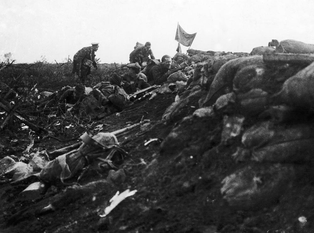 Soldiers of the King's Regiment capture a trench in Bellewaerde, June 1915