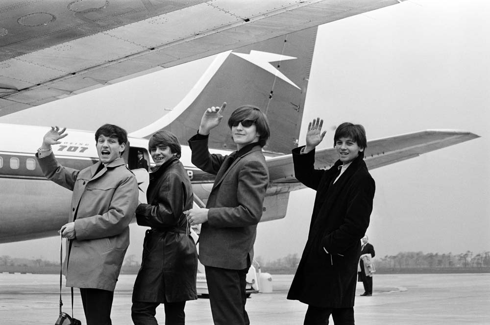 Wayne Fontana and the Mindbenders board a plane for their American tour, April 1965