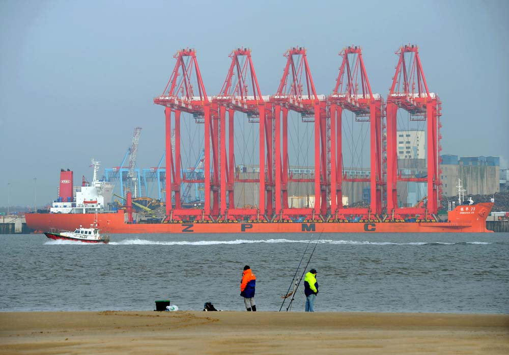 Liverpool 2's new Megamax cranes arrive from China, November 2015