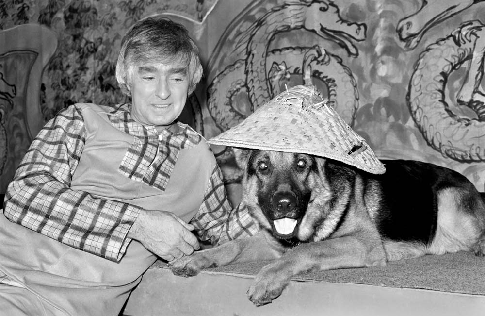 Ken Goodwin with panto pooch Crosby in Aladdin, January 1981
