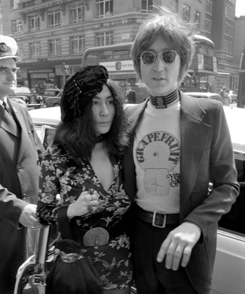 John Lennon helps Yoko Ono publicise her art book Grapefruit, July 1971