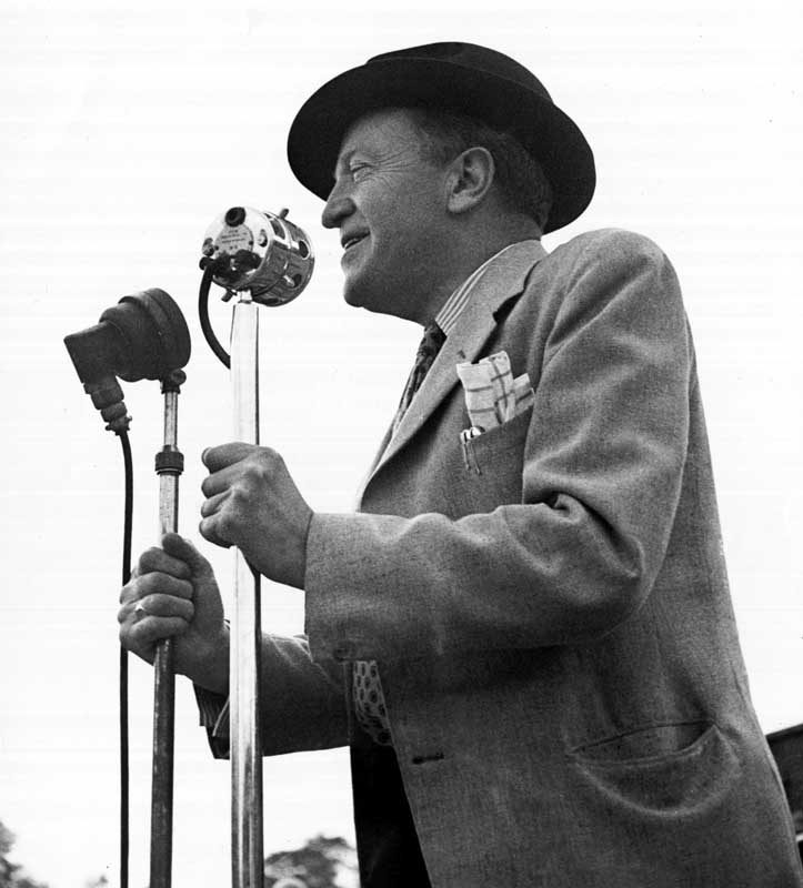 Tommy Handley at the microphone entertaining holidaymakers, January 1947