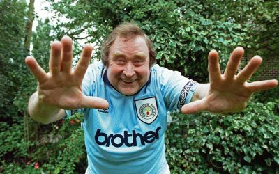 Bernard Manning shows off his Manchester City shirt…