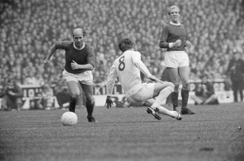 Bobby Charlton gets the better of Billy Bremner in a 2-2 league draw at Elland Road, October 1970