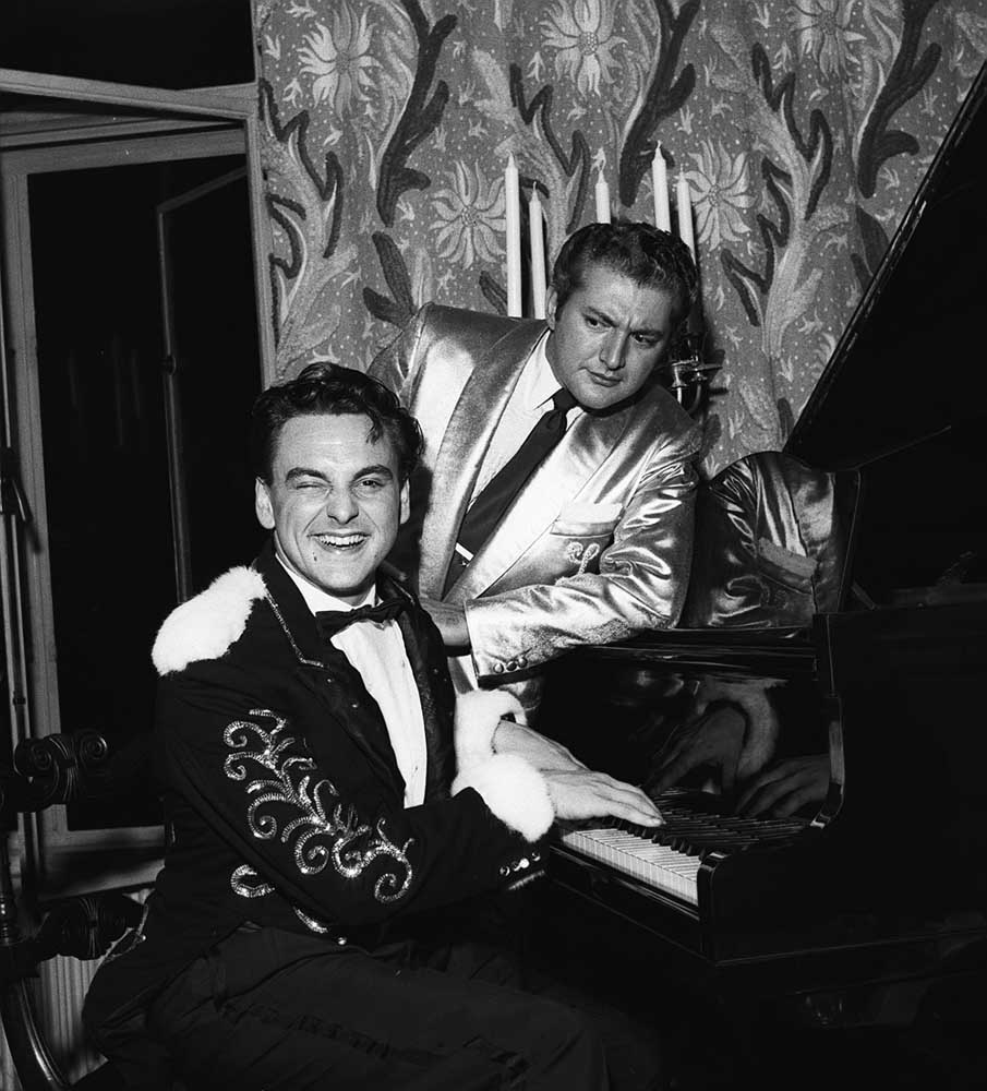 Bob Monkhouse, left, at the piano with American entertainer Liberace, October 1956