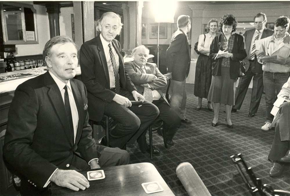 Charlton Heston, left, in a press conference with Roy Kinnear, January 1980