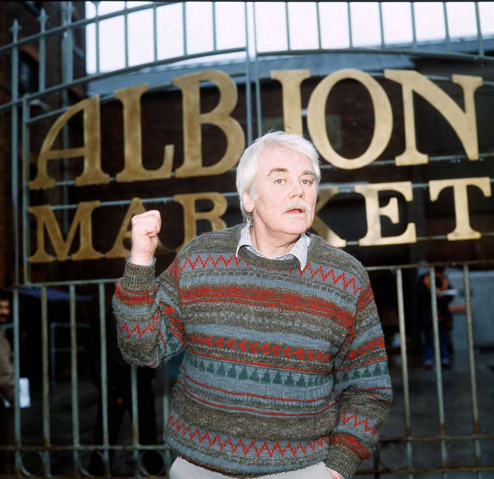 Liverpool actor Tony Booth in Albion Market, January 1986